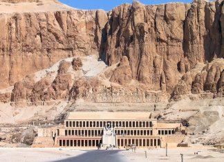 Der Tempel der Hatschepsut ist eines der großartigsten Kulturdenkmäler Ägyptens und liegt im Tal Deir el Bahari (Theben) in der ägyptischen Wüste - © Richard Connors / Fotolia