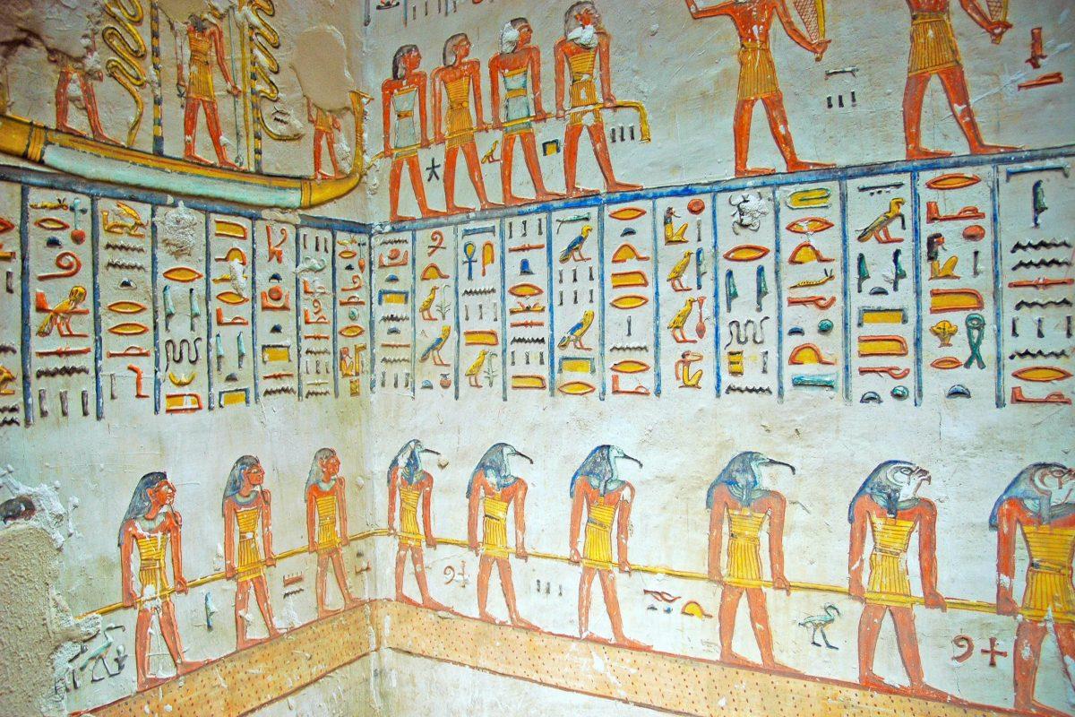 Detail der aufwändigen Wandmalereien im Grab von Ramses VI. im Tal der Könige, Ägypten - © LunaseeStudios / Shutterstock