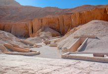 Eine kleine Bahn bringt die Besucher vom Parkplatz zu den Gräbern im Tal der Könige und lässt sie im Abstand von etwa 100 Metern aussteigen, Ägypten - © antonbelo / Shutterstock