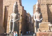 Eingang zum berühmten Tempel von Luxor, der um 1400 vor Christus in einer ersten Form erbaut und danach über Generationen von Herrschern erweitert wurde, Ägypten - © Luka Petruši&#263 / Fotolia