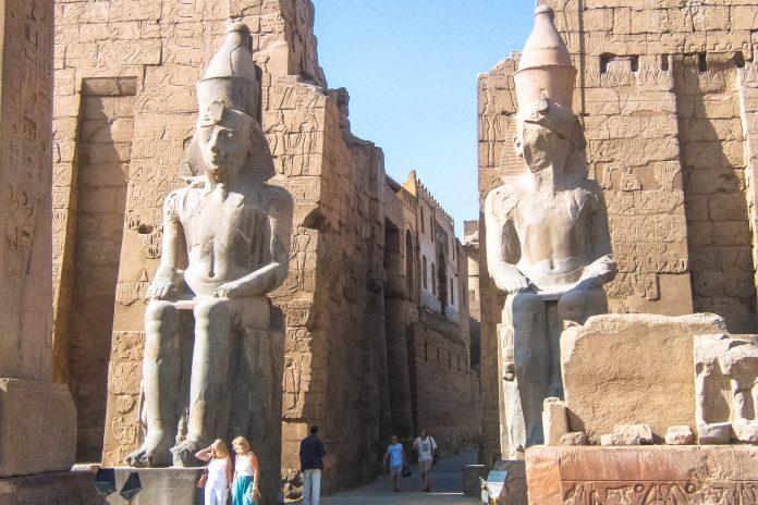 Eingang zum berühmten Tempel von Luxor, der um 1400 vor Christus in einer ersten Form erbaut und danach über Generationen von Herrschern erweitert wurde, Ägypten - © Luka Petrušić / Fotolia