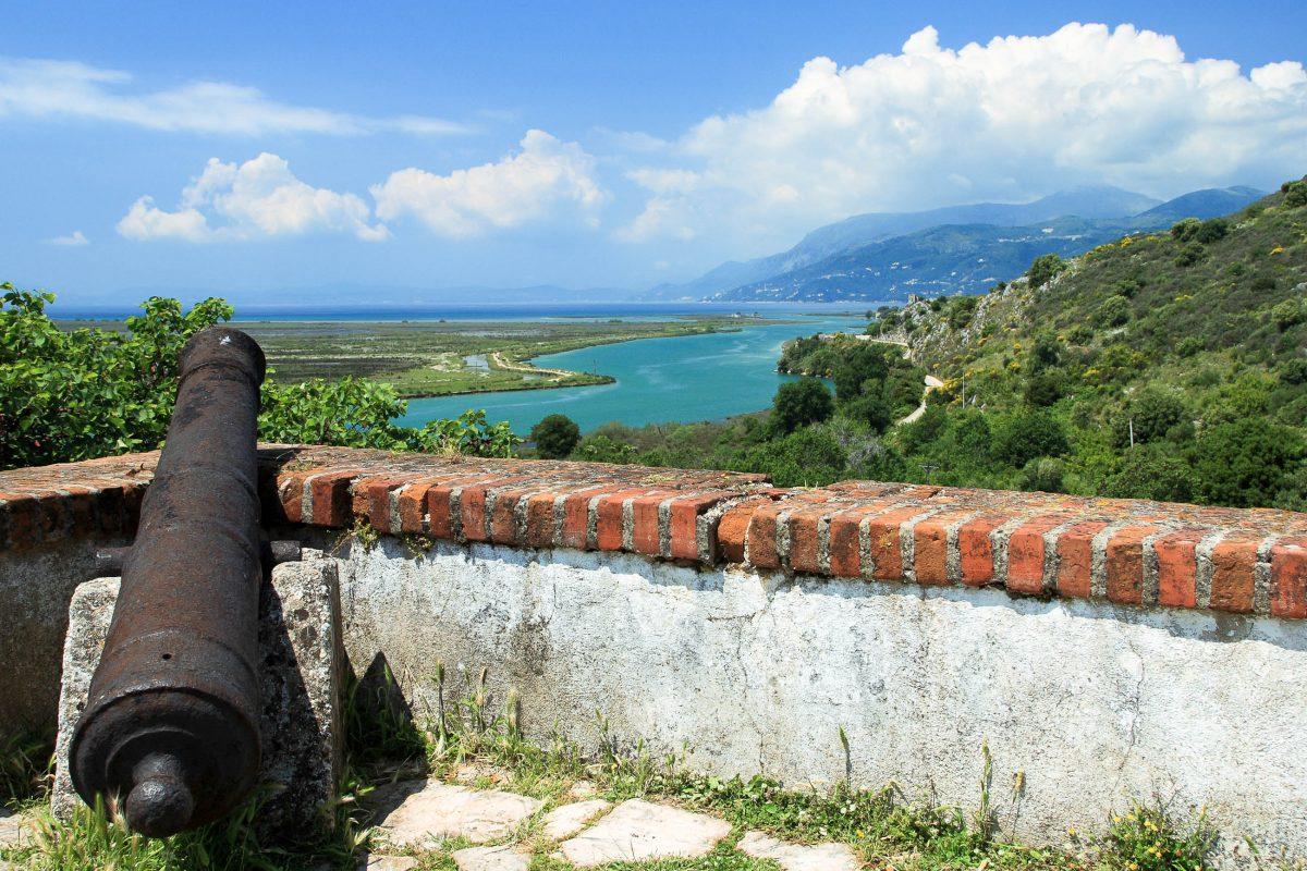 Blick von der Akropolis in Butrint auf die wunderschöne Lagune; die Insel im Hintergrund ist Korfu, Albanien - © Remy Musser / Shutterstock