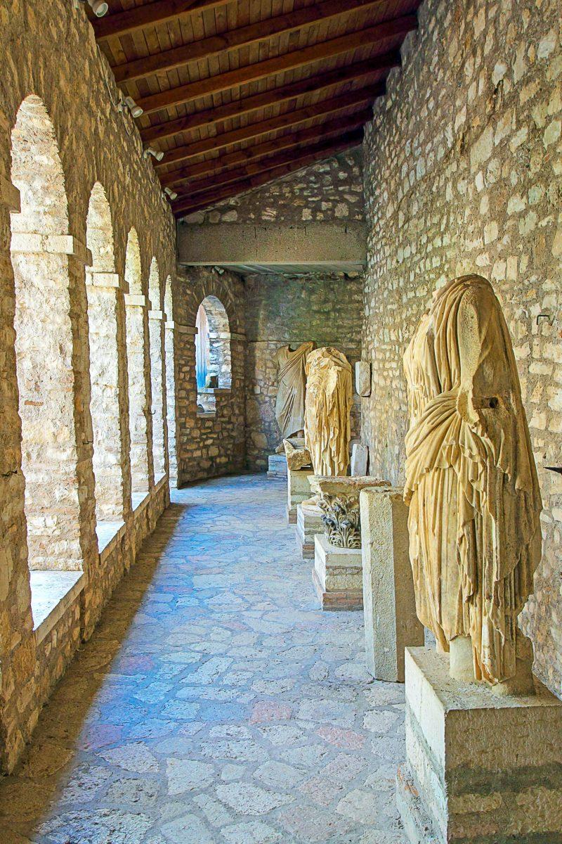 Schaustücke im Museum von Butrint, das direkt unter der Akropolis liegt, Albanien - © Pecold / Shutterstock