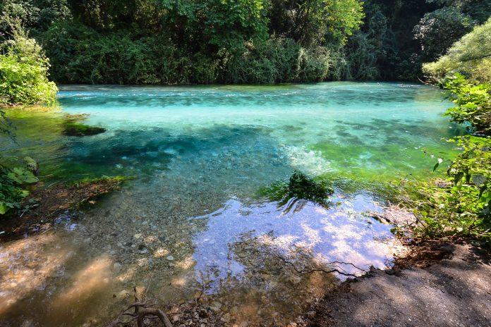 Der Bergsee Syri i Kaltër liegt im Süden Albaniens und fasziniert die Besucher aufgrund seines blau schimmernden, glasklaren Wassers inmitten üppiger Natur - © FRASHO / franks-travelbox