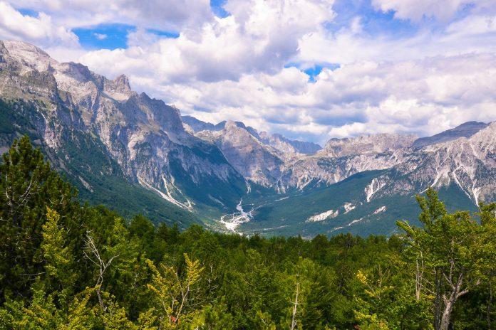 Der Nationalpark Teth bietet atemberaubende Wanderwege, unvergleichliche Ausblicke in die albanischen Alpen, schneebedeckte Gipfel und steil abfallende Hänge die in tiefen Tälern münden, Albanien - © FRASHO / franks-travelbox