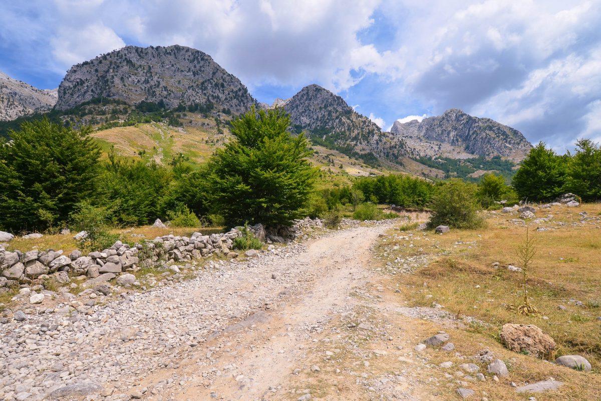 Die Ortschaft Theth ist nur in der schneefreien Jahreszeit über eine unasphaltierte Piste mit tollen landschaftlichen Höhepunkten über den 1630 m hohen Terthorja-Pass erreichbar, Albanien - © FRASHO / franks-travelbox