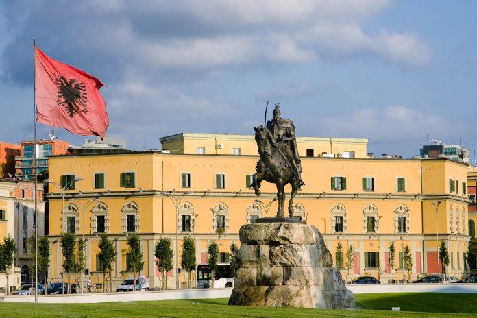 Am knapp 40.000m2 großen Skanderbeg Platz im Zentrum von Tirana laufen die Straßen der Hauptstadt Albaniens aus allen Richtungen zusammen - © ollirg / Shutterstock