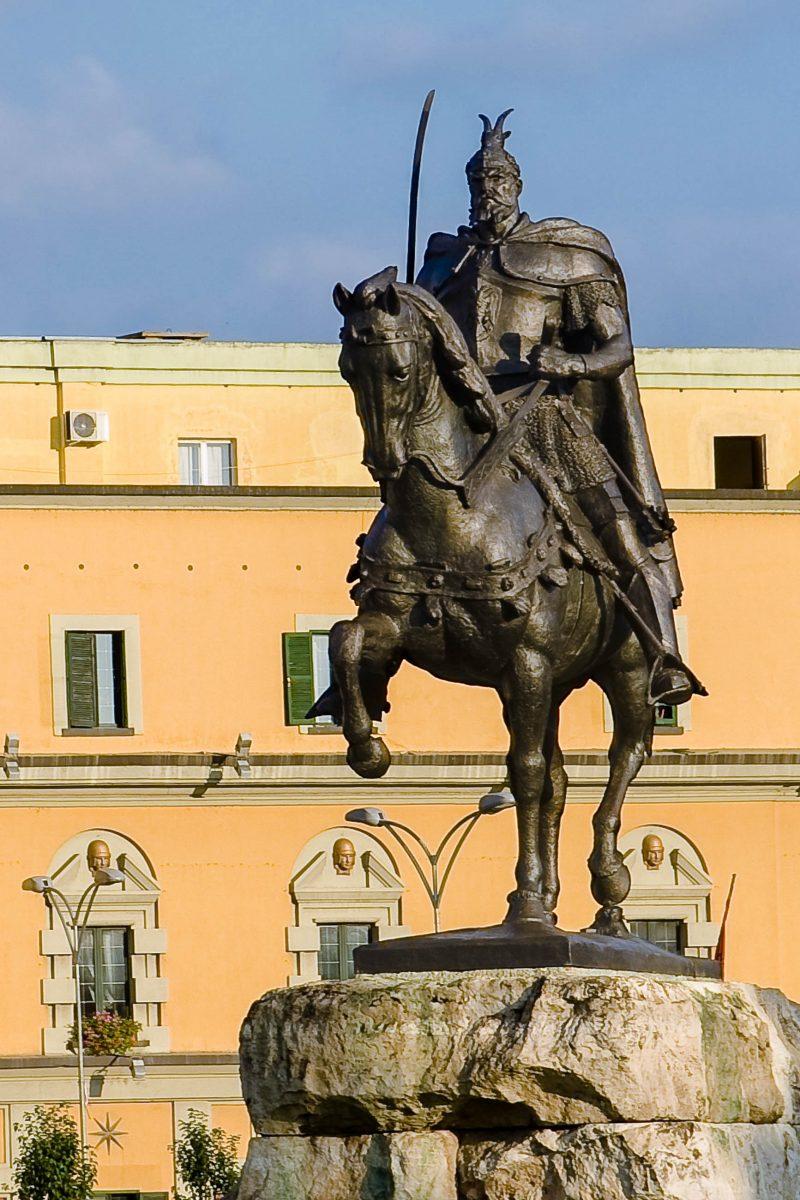 Mitten auf dem Skanderbeg Platz in Tirana thront das Reiterdenkmal des albanischen Nationalhelden Skanderbeg. der eigentlich Gjergj Kastriot hieß, Albanien - © ollirg / Shutterstock