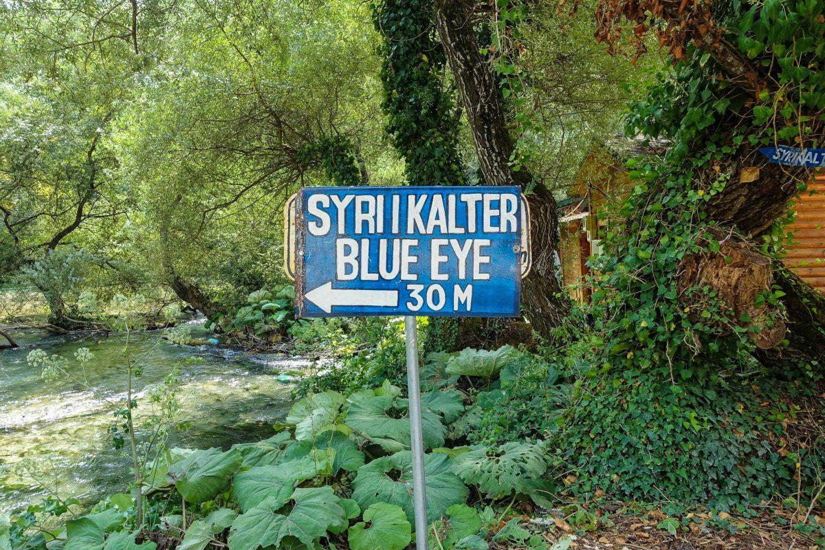 Vom Parkplatz aus führt ein idyllischer Pfad durch die üppige Vegetation zum Syri I Kaltër, Albanien - © Sue Stokes / Shutterstock