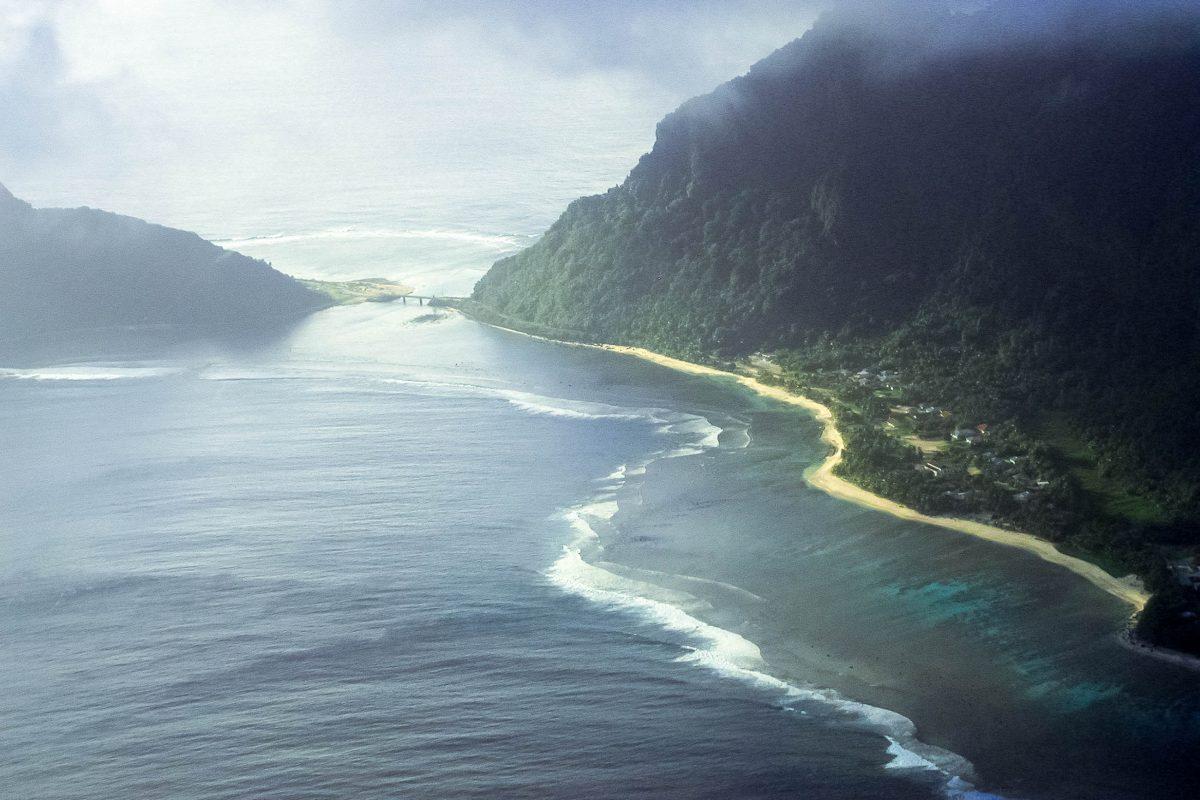 Luftaufnahme von Ofu-Olosega; die beiden Inseln sind nur mit einer dünnen Landbrücke verbunden, Südsee - © Peter Craig PD/Wiki