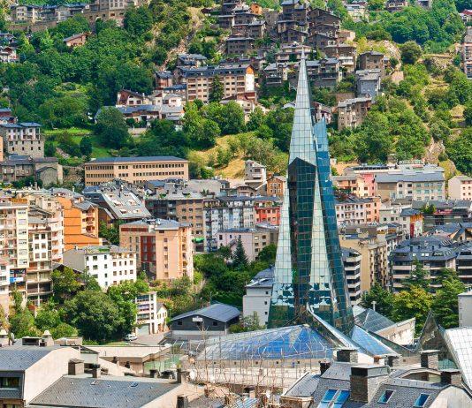 """Blick auf das futuristische Thermalbad """"Caldea"""" in der Stadt Escaldes, Andorra - © Gurgen Bakhshetsyan/Shutterstock"""