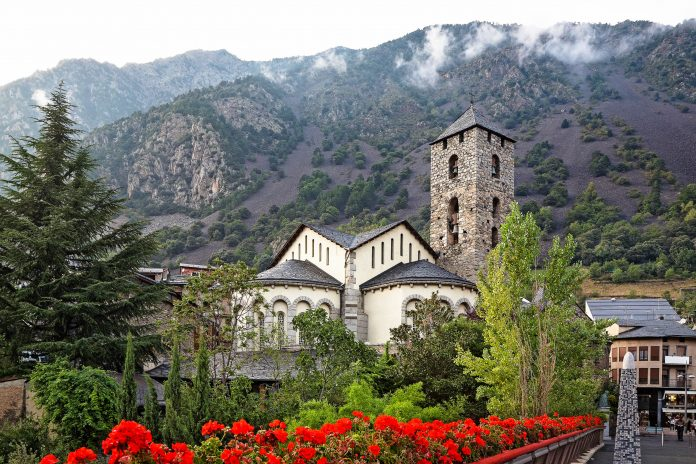 Die Església De Sant Esteve in Andorra la Vella zählt zu den schönsten Sehenswürdigkeiten der andorranischen Hauptstadt - © Valery Bareta / Fotolia
