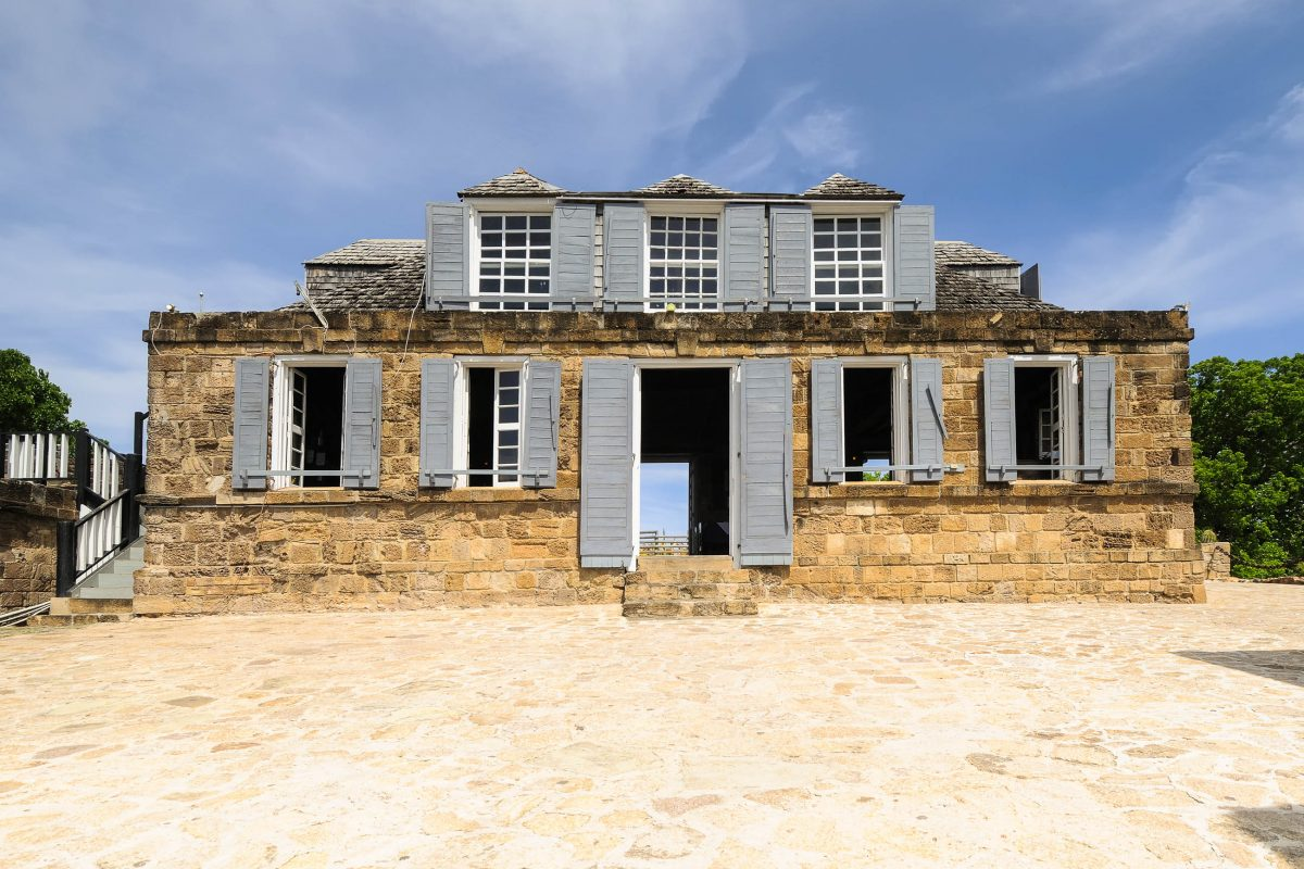 Haus am Shirley Heights, einem Aussichtspunkt auf der Insel Antigua in der Karibik - © Stephen Robertson / Shutterstock