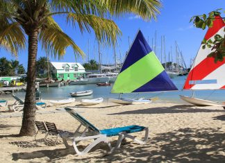 Surf Boards an einem Hotelstrand auf der Insel Barbuda - © Lindasj22 / Shutterstock