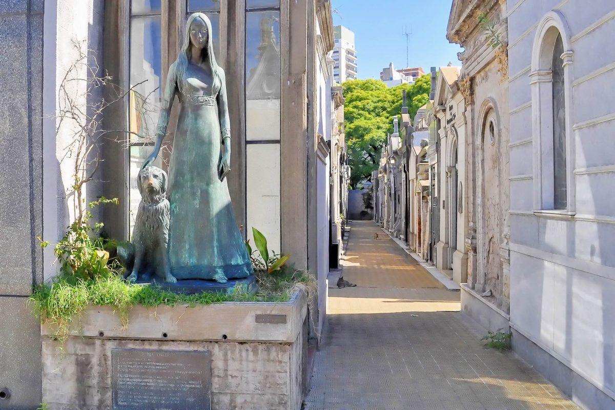 Am Friedhof La Recoleta im gleichnamigen Stadtviertel von Buenos Aires ruhen die Schönen und Reichen von Argentinien - © Elena Mirage / Shutterstock