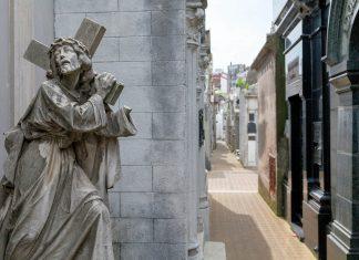 Am Friedhof La Recoleta von Buenos Aires sind die Grabstätten argentinischer Präsidenten, Wissenschaftler, Profisportler, Schauspieler und Künstler zu finden, Argentinien - © sunsinger / Shutterstock