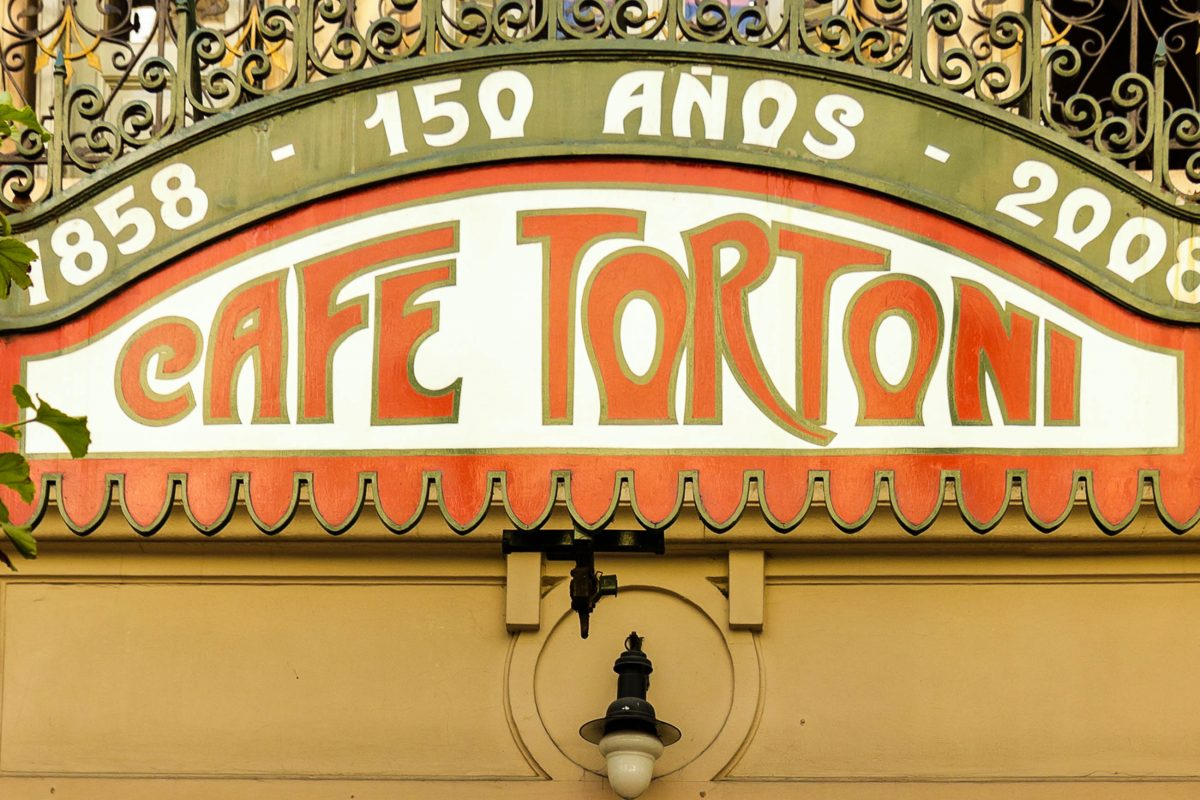 Das französische Café Tortoni in Buenos Aires ist seit seiner Entstehung Treffpunkt für Künstler und Prominente aus ganz Argentinien - © Toniflap / Shutterstock