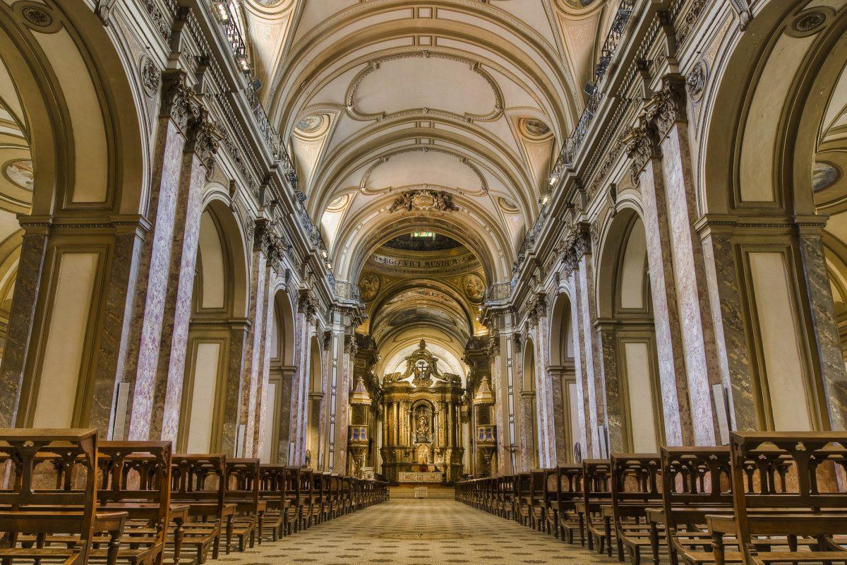 Der reich verzierte Innenraum der Catedral Metropolitana von Buenos Aires, Argentinien, vereint dekorative Elemente aus Neorenaissance und Neobarock - © Anibal Trejo / Shutterstock