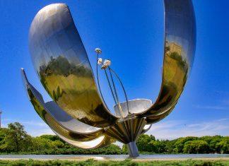 Die gewaltige stählerne Blume Floralis Genérica ist eines der jüngsten Wahrzeichen von Buenos Aires, Argentinien - © meunierd / Shutterstock
