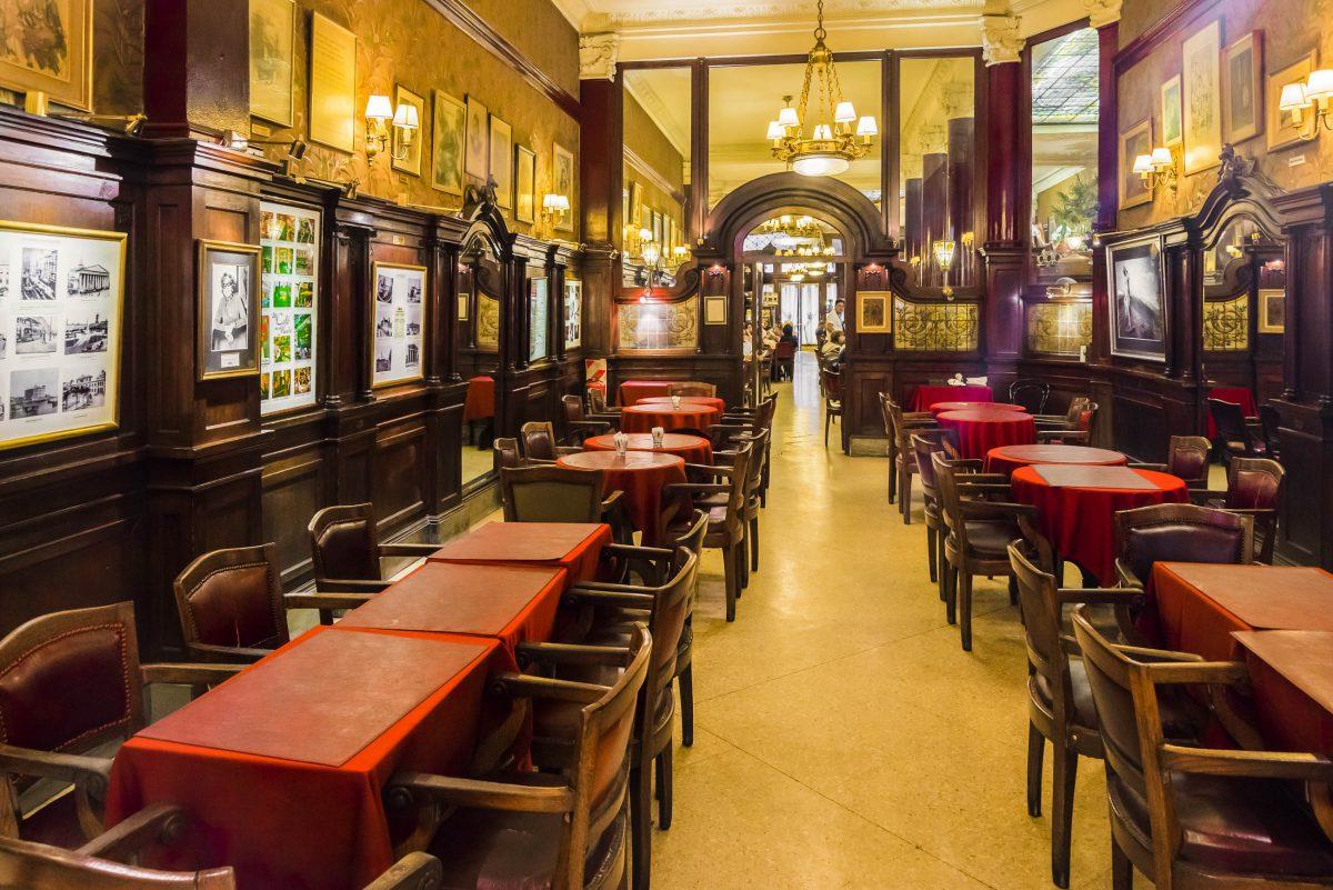 Die Wände des Cafés Tortoni in Buenos Aires schmücken zahlreiche Fotos der vielen Prominenten, die hier bereits zu Gast waren, Argentinien - © Sergio Schnitzler / Shutterstock
