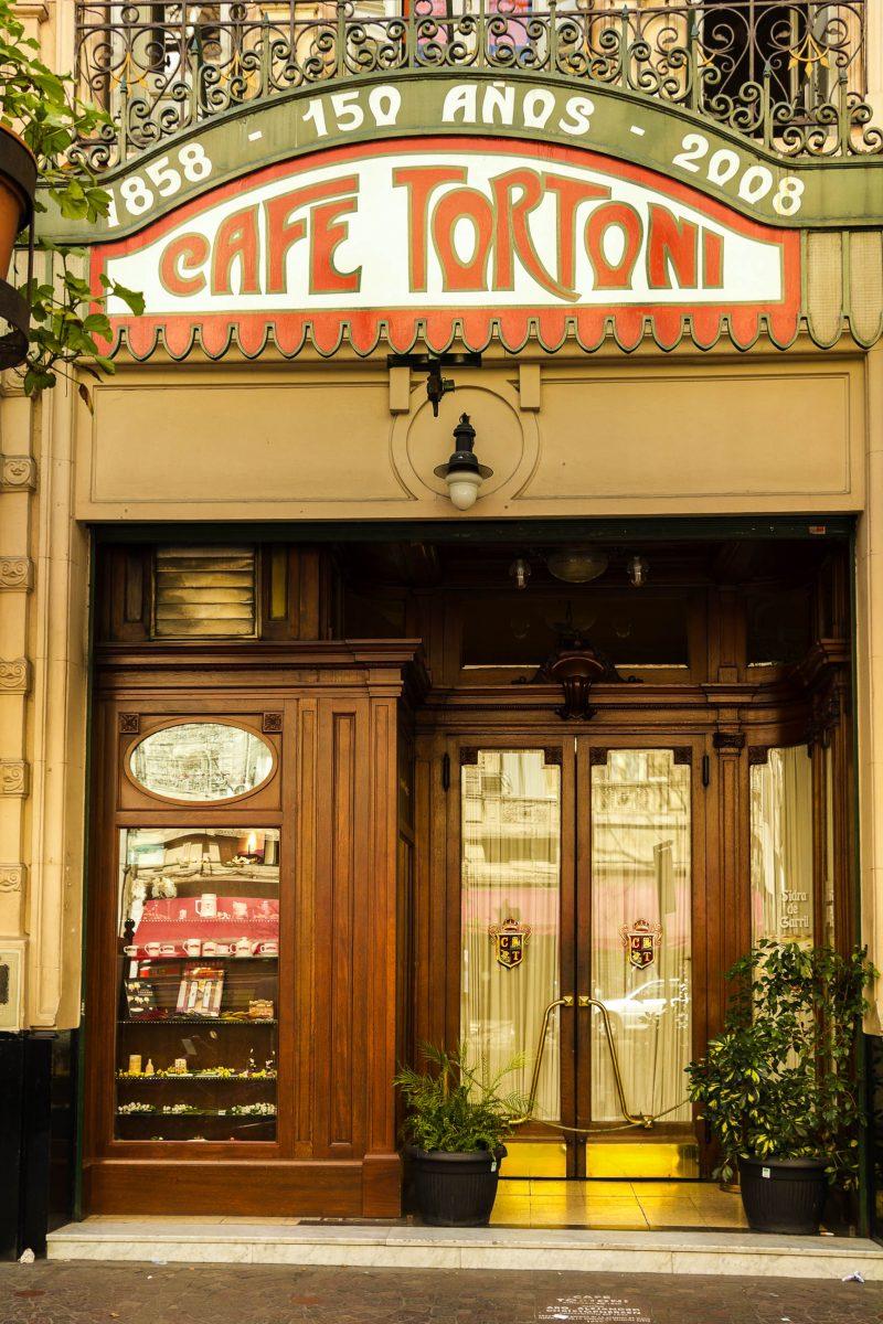 Ein französischer Immigrant eröffnete das Café Tortoni in Buenos Aires, Argentinien, im Jahr 1858 und benannte es nach dem gleichnamigen Pariser Elite-Lokal - © Toniflap / Shutterstock