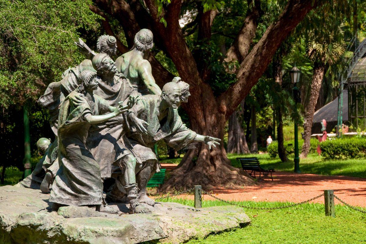 Inmitten der üppigen Vegetation des Japanischen Gartens in Buenos Aires setzen granitene Skulpturen malerische Akzente, Argentinien - © Bernard Hardman / Shutterstock