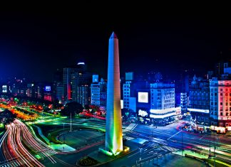 Inschriften an allen vier Seiten des Obelisken von Buenos Aires, Argentinien, erinnern an bedeutende Momente in der Stadtgeschichte - © scrollah / Shutterstock