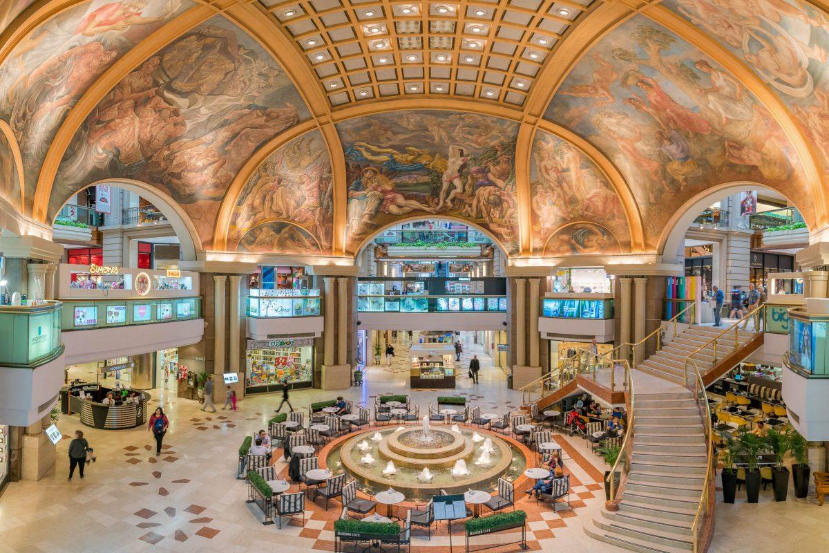 Mit ihren spektakulären Einkaufsräumlichkeiten sind die Galerias Pacifico in Buenos Aires, Argentinien, eines der schönsten Shopping-Zentren der Welt - © sharptoyou / Shutterstock