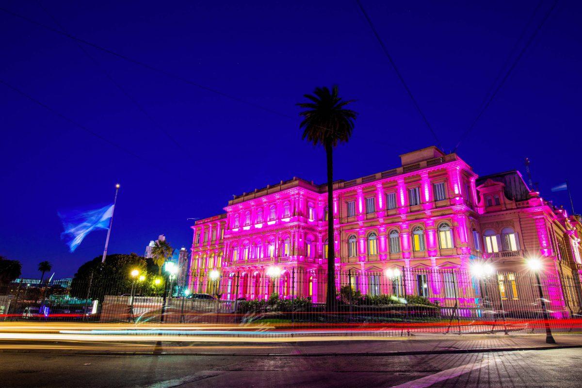 """Warum der Präsidentenpalast in Buenos Aires, Argentinien, """"Rosa Haus"""" heißt, wird in der Nacht besonders deutlich - © Brendan van Son / Shutterstock"""