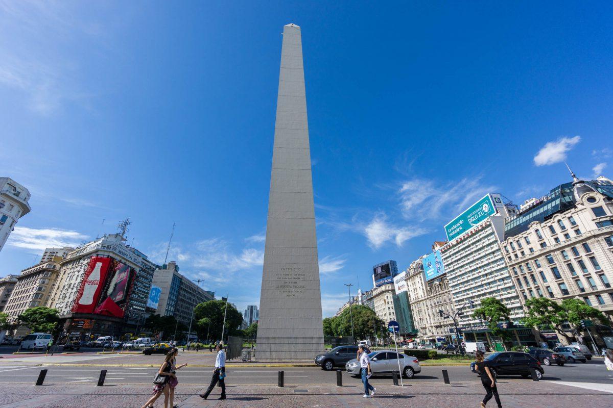 Wer am Fuß des Obelisken von Buenos Aires steht und an ihm entlang in den Himmel von Argentinien blickt, kann sich einer Gänsehaut nicht erwehren - © alex_black / Shutterstock