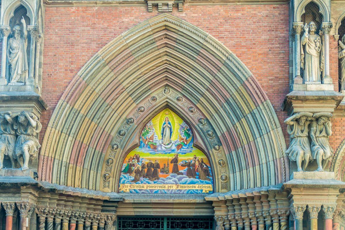 Der neugotische Entwurf der Iglesia del Sagrado Corazon in Cordoba, Argentinien, stammt vom Architekten Augusto Ferrari - © Matyas Rehak / Shutterstock