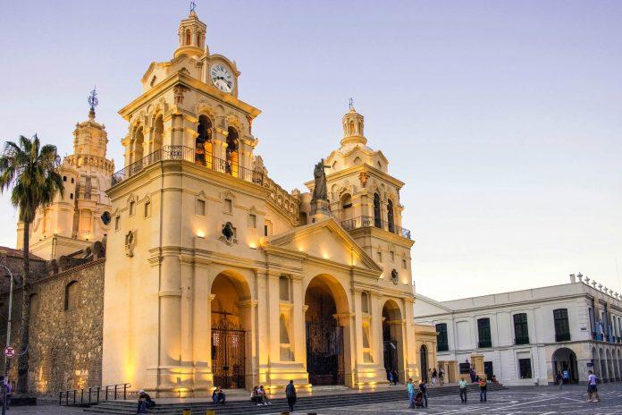 Die Iglesia Catedral am Plaza San Martin in Cordoba ist ein sehenswertes monumentales Bauwerk aus der Kolonialzeit, Argentinien - © diegorayaces / Shutterstock