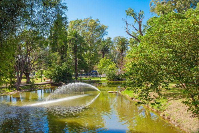 Grüne Idylle, Kunstmuseen, Sportplätze und der dritthöchste Leuchtturm der Welt machen den Sarmiento Park zu einer der beliebtesten Sehenswürdigkeiten von Cordoba, Argentinien - © saiko3p / Shutterstock