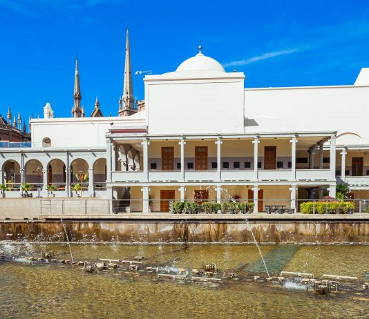 Im Paseo del Buen Pastor in Cordoba, Argentinien können Besucher shoppen, essen, trinken und diversen kulturellen Veranstaltungen beiwohnen - © saiko3p / Shutterstock