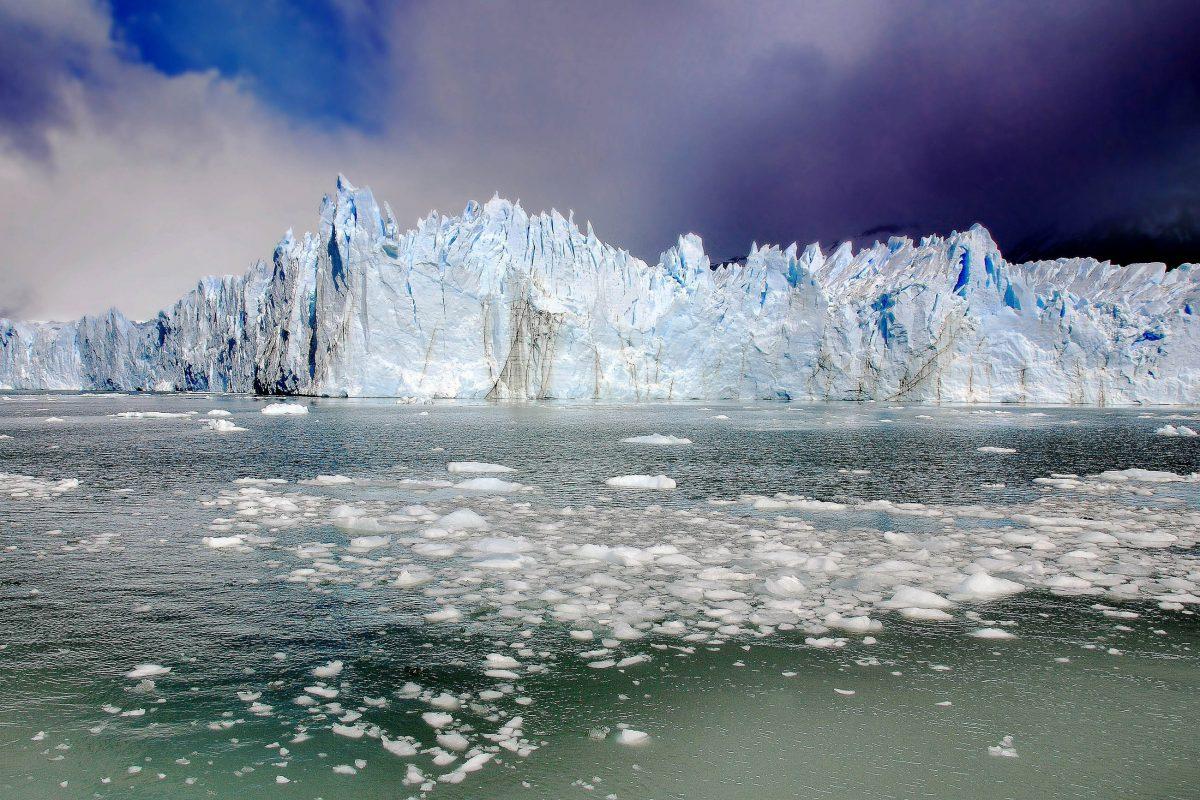 Der mächtige Perito Moreno-Gletscher ist einer der bekanntesten Gletscher im Süden des Los Glaciares Nationalparks in Argentinien - © meunierd / Shutterstock