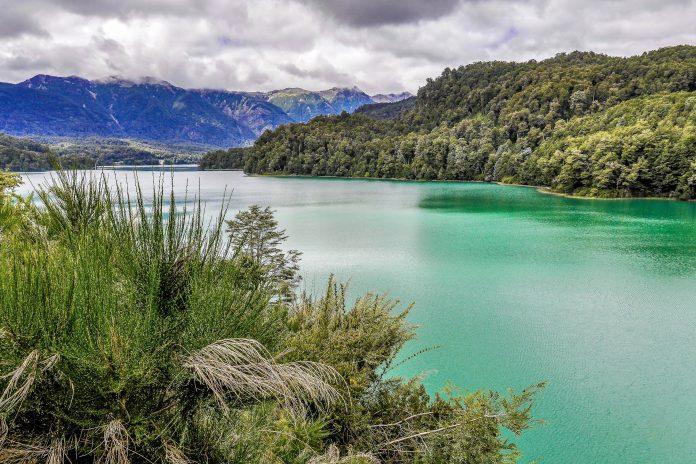 Die Ruta de Los Siete Lagos im Süden von Argentinien verbindet einige der schönsten Natur-Sehenswürdigkeiten Argentiniens miteinander - © kovgabor / Shutterstock