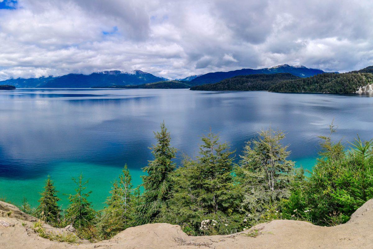 Die Ufer der Seen an der Ruta de Los Siete Lagos in Argentinien reichen von feinem Vulkansand bis zu zerklüftetem Fels und laden zum Picknicken, Wandern und Mountainbiken ein - © kovgabor / Shutterstock