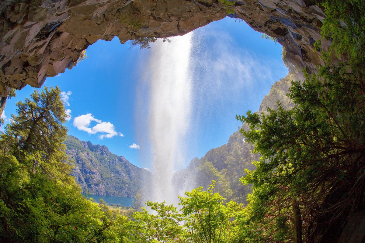 Ein Spaziergang zum Wasserfall El Saltillo von Piedra Mala aus zählt zu den schönsten Wanderungen im Lanin Nationalpark, Argentinien - © sunsinger / Shutterstock