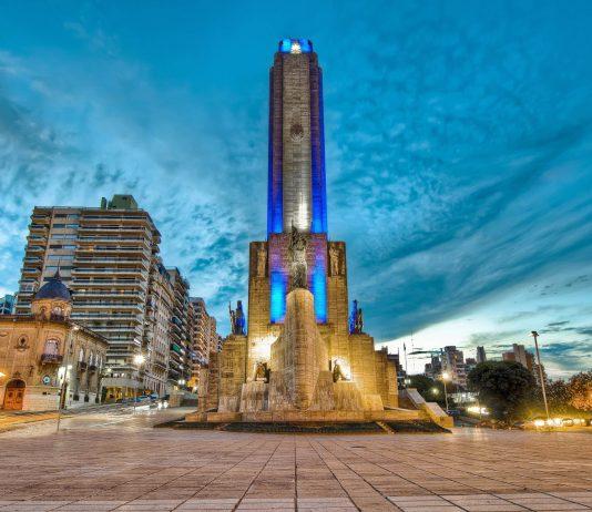 Das gewaltige Fahnendenkmal Monumento a la Bandera am Ufer des Paraná zählt zu den bekanntesten und meistbesuchen Sehenswürdigkeiten von Rosario, Argentinien - © Anibal Trejo / Shutterstock