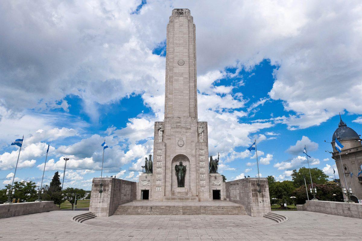 Das gewaltige Fahnendenkmal Monumento a la Bandera in Rosario erinnert an den Schöpfer der Nationalflagge von Argentinien - © Anibal Trejo / Shutterstock