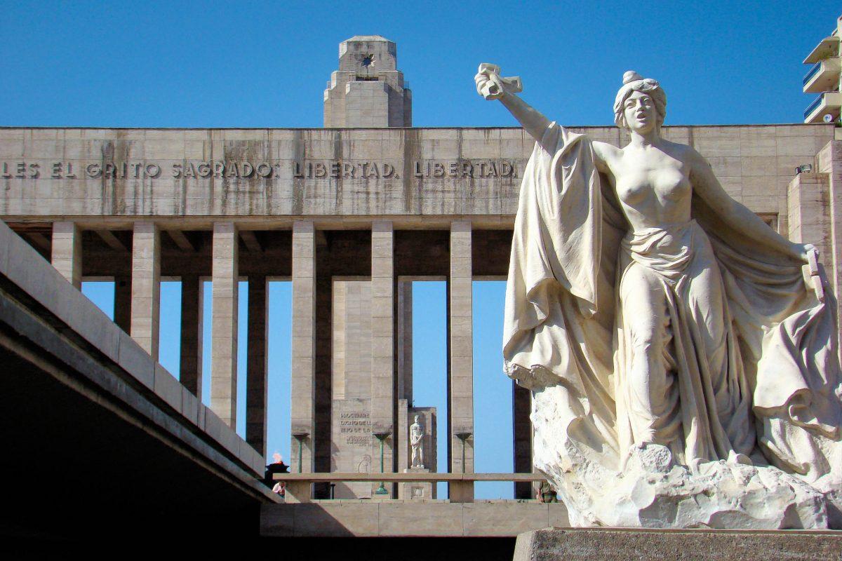 Der Weg zum Monumento a la Bandera in Rosario ist mit einem mächtigen Säulenportal und Skulpturen von Lola Mora geschmückt, Argentinien - © Flavia Morlachetti / Shutterstock