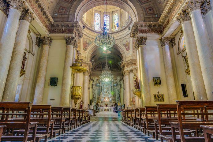 Die Ostseite des Plaza 25 de Mayo wird von der prächtigen Basílica Catedral de Nuestra Señora del Rosario dominiert, Argentinien - © Anibal Trejo / Shutterstock