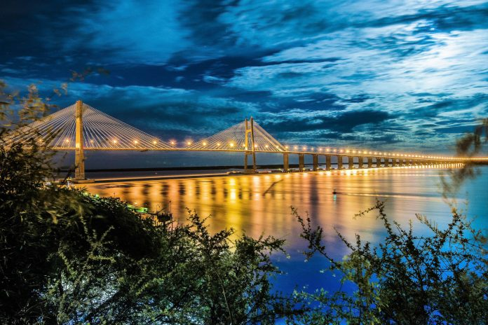 Die Rosario-Victoria-Brücke über dem Rio Paraná gilt dank ihrer eleganten Architektur als Wahrzeichen von Rosario, Argentinien - © Anibal Trejo / Shutterstock