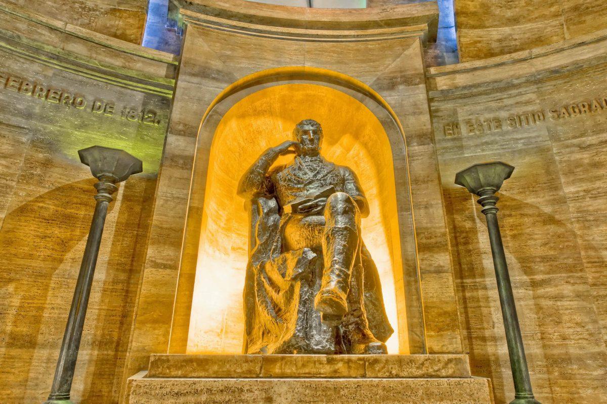 Im Monumento a la Bandera in Rosario krönt eine Statue von Manuel Belgrano seine letzte Ruhestätte, Argentinien - © Anibal Trejo / Shutterstock