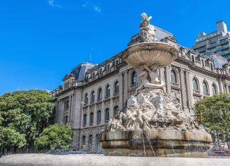 In der Mitte des Plaza San Martin in der Altstadt von Rosario, Argentinien, thront ein eindrucksvolles Reiterstandbild des Nationalhelden José de San Martin - © Anibal Trejo / Shutterstock
