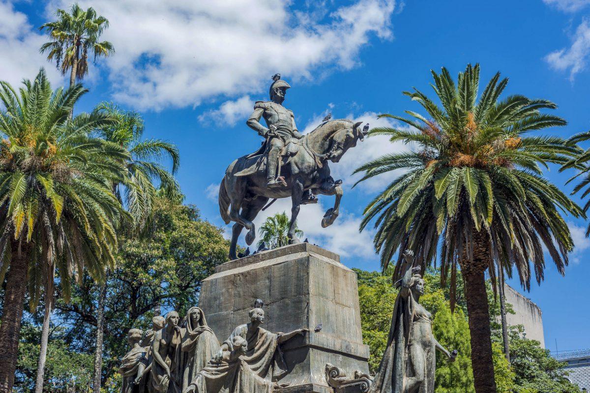 Das lauschig begrünte Zentrum des Plaza 9 de Julio in Salta, Argentinien, wird vom 15m hohen Reiterdenkmal von Antonio Álvarez de Arenales eingenommen - © Anibal Trejo / Shutterstock