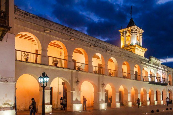 Das Rathaus von Salta am Plaza 9 de Julio zählt zu den schönsten Kolonialbauten der Stadt und ist eines der besterhaltenen Cabildos in ganz Argentinien - © Matyas Rehak / Shutterstock