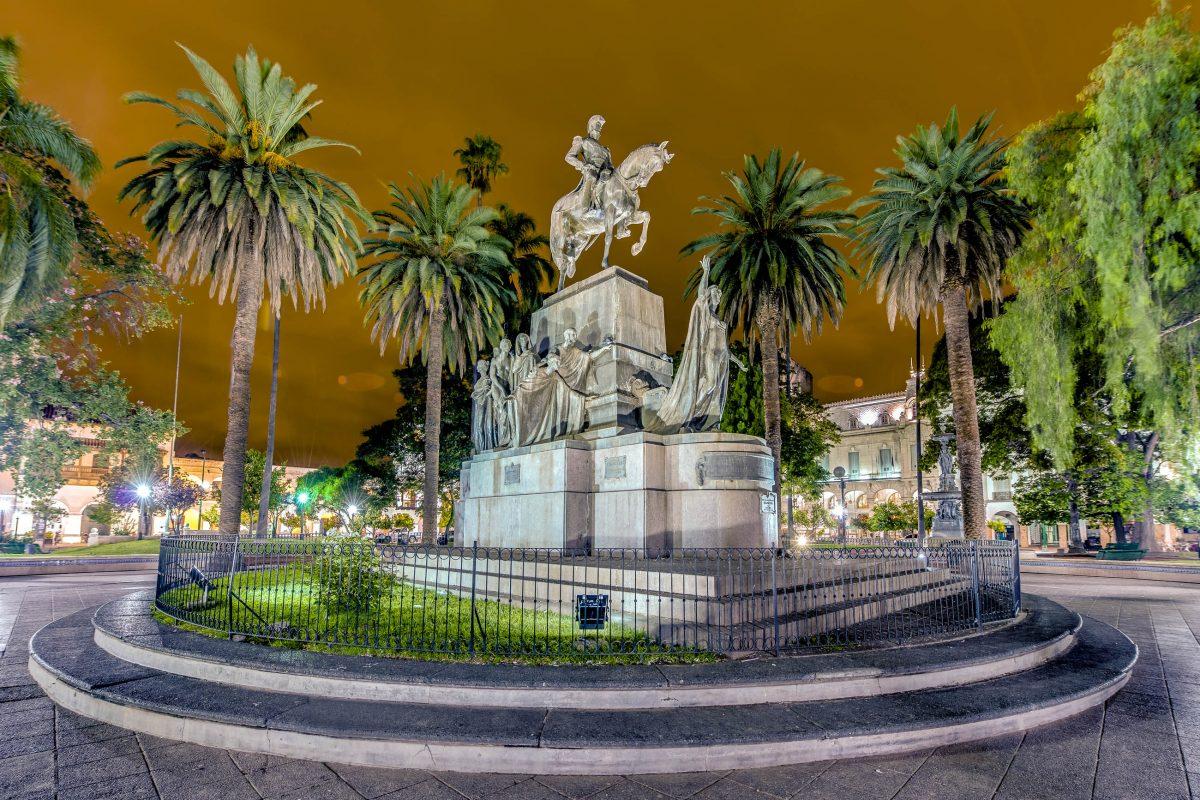 Der Plaza 9 de Julio leistet mit seinen pompösen Bauten einen eindrucksvollen architektonischen Beitrag in einer der schönsten Städte Argentiniens - © / Shutterstock
