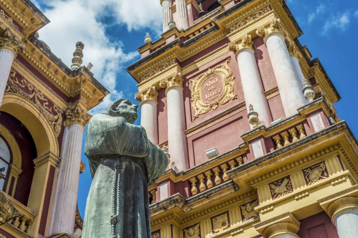 Der vierstöckige Glockenturm der Basilika San Francisco in Salta, Argentinien, ist der höchste in ganz Südamerika - © Anibal Trejo / Shutterstock