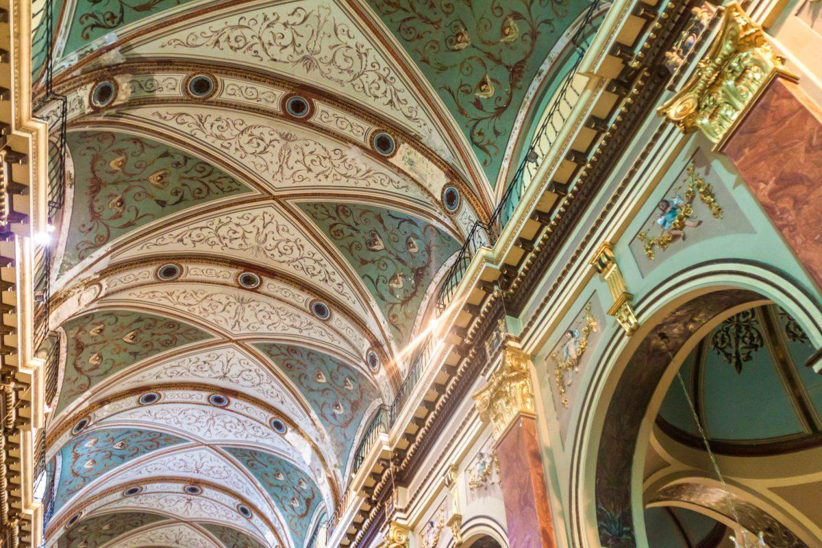 Die aufwändige Deckenbemalung in der Kathedrale von Salta, Argentinien, ist ebenfalls einen genauen Blick wert - © Matyas Rehak / Shutterstock